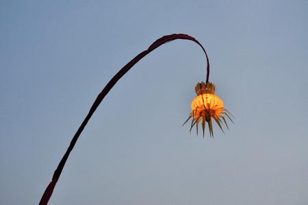 hindues: El Penjor es un hombre alto, ca�a de bamb� curvo decorado con hojas de coco con una oferta en la base. Este es uno de los medios utilizados por los hind�es de Bali y Java como parte de casi todas las ceremonias importantes.