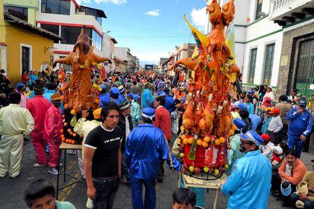 cavie: Latacunga, Ecuador 30 settembre 2012: i partecipanti non identificati prendere una pausa dal sfilare maiali ornati di frutta, liquori, bandiere e porcellini d'India a La Fiesta de la Mama Negra festa tradizionale. Mama Negra Festival è una miscela di indigeni, Spani