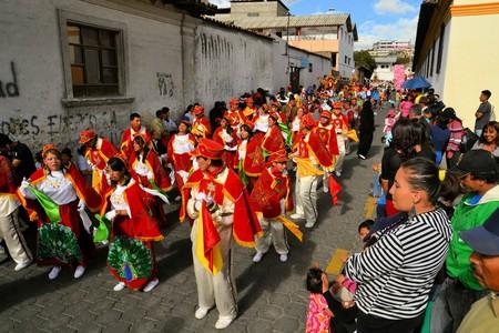 supposedly: Latacunga, Ecuador 30 settembre 2012: Un corteo marcia durante La Fiesta de la Mama Negra festa tradizionale. Mama Negra Festival � una miscela di influenze indigene, spagnole e africane e celebra il santo patrono Virgen de la Merced presumibilmente st Editoriali