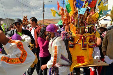 cavie: Latacunga, Ecuador 30 settembre 2012: i partecipanti non identificati maiali parata ornati di frutta, liquori, bandiere e porcellini d'India a La Fiesta de la Mama Negra festa tradizionale. Mama Negra Festival è una miscela di INFLU indigeni, spagnola e africana Editoriali