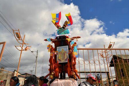 cavie: Latacunga, Ecuador 30 settembre 2012: Vista dettagliata di maiale ornata con frutta, liquori, bandiere e porcellini d'India a La Fiesta de la Mama Negra festa tradizionale. Mama Negra Festival è una miscela di influenze e Celebra indigene, spagnole e africane Editoriali