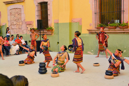 philippino: Zacatecas, Mexico, 02 August 2013: Canadians with Philippino roots perform traditional Muslim dances involving the balancing of baskets from the Southern island of Mindanao at the 18th Festival Cultural Internacional Zacatecas del Folclor. It is the bigge Editorial