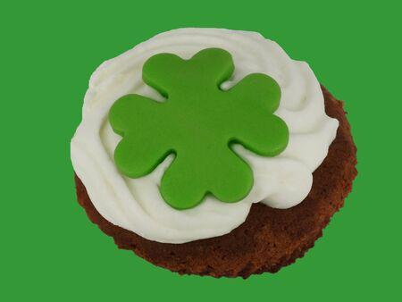 cloverleaf: Cupcake with green cloverleaf