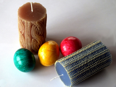 easteregg: Two blue and brown candles with three eastereggs