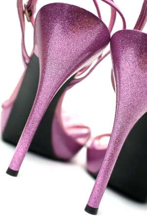 tacones: Zapatos de tacones altos de moda rosa sobre fondo blanco (macro)