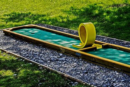Bir rekreasyon alanı çocuklar için kurulmuş küçük bir golf sahası