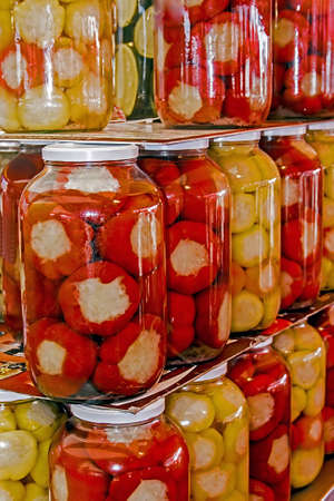 pickles: Varios tipos de pepinillos preparados en frascos