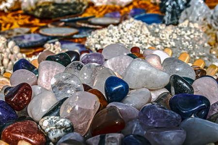 Farklı yapılarda enerji etkisi ile mineral kristaller ve taşlar,