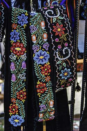 gestickt: Breitb�nder M�nner und bestickte traditionelle rum�nische
