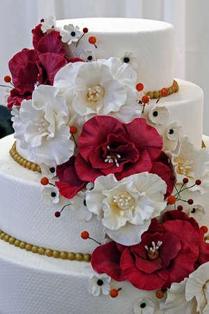 Özel yenilebilir çiçeklerle süslenmiş düğün pastası