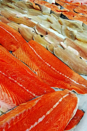 Piyasada satılan maruz taze balık filetosu Stock Photo