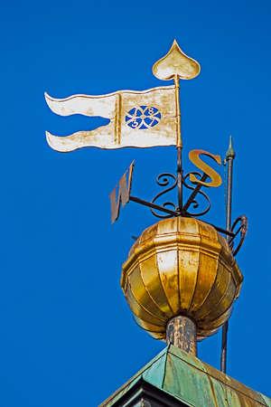 puntos cardinales: Carteles de chapa con puntos cardinales y la bandera, colocadas en la torre del reloj en Novi Sad, sean visibles para los marineros. Foto de archivo