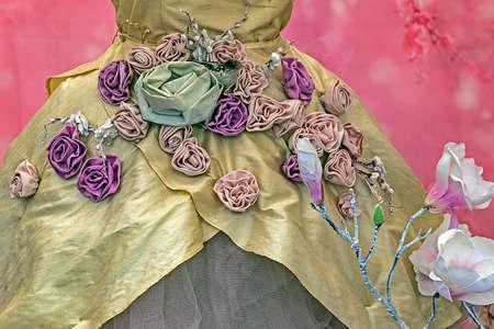 medieval dress: Vestido medieval decorada con dise�os florales sobre un fondo de color rosa.