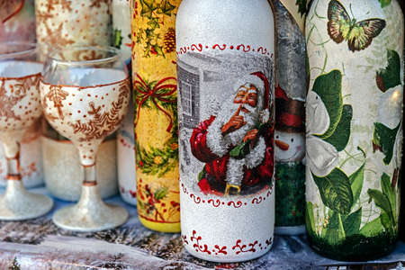 motivos navideños: Bottles and glasses decorated for Christmas and exposed for salle.