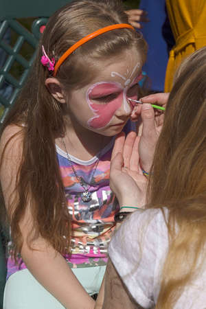 caritas pintadas: TIMISOARA, ROMANIA - MAI 07, 2016: Workshop for children face painting on a park in Timisoara, Romania. Editorial