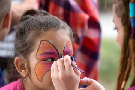 TIMISOARA, ROMANIA - JUNE 01, 2016: Workshop with face painting for children,  in a park in Timisoara, Romania. International children Day. 新聞圖片