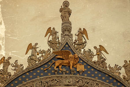 leon alado: Winged lion, symbol of Venice, Italy. Old postcard. Vintage processing. Foto de archivo