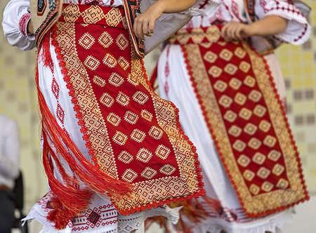 Detail van traditionele Roemeense volkskostuums voor vrouwen, specifiek op Banat-gebied. Stockfoto