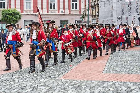 mosquetero: TIMISOARA, Rumania - OCTUBRE 16,2016: Soldados medievales que marcharon en la calle. Muestra organizada por el Ayuntamiento de Timisoara para celebrar los 300 años desde la entrada de Eugenio de Saboya en la fortaleza