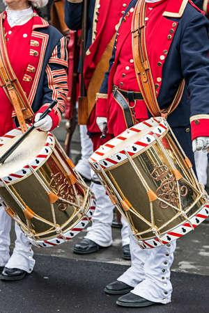 mosquetero: Antecedentes de un soldados medievales, baterías, que marcha en la calle.