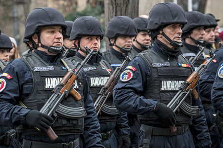 administrativo: TIMISOARA, Rumania - DICIEMBRE 1, 2016: Desfile militar en el Día Nacional de Rumania. Los soldados de la gendarmería en la formación. La imagen se toma en frente del Palacio Administrativo en Timisoara.