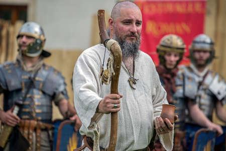 ALBA IULIA, ROMANIA - 29 aprile 2017: Priest dac mostra i costumi degli antichi ei rituali in una manifestazione presso il FESTIVAL APULUM ROMANO, organizzato dal municipio. Archivio Fotografico - 77719027