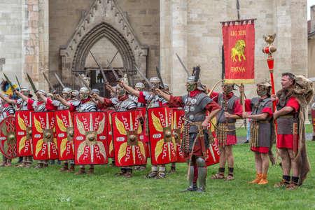 ALBA IULIA, RUMANIA - 29 DE ABRIL DE 2017: Soldados romanos en el traje de la batalla, presente en el FESTIVAL ROMANO de APULUM, organizado por el ayuntamiento. Foto de archivo - 78463455