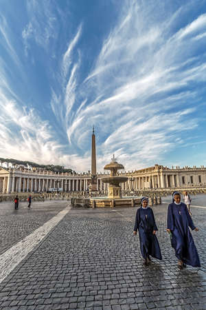 VATICAN, ROME, ITALY - JUNE 1, 2017: St. Peters Square, Vatican City. Nuns in front. Redakční