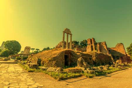 Colonnes du temple de Vespasien situées dans le forum romain à la lumière du matin. Rome, Italie. Banque d'images - 82251499