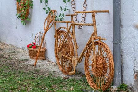Decoratieve fiets voor siertuin gemaakt van takjes en rieten.