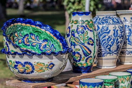 Roemeens traditioneel keramiek beschilderd met specifieke patronen voor Corund, Transsylvanië. Stockfoto