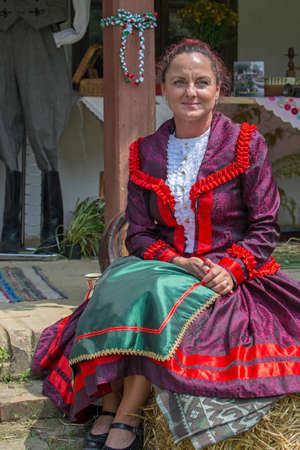 """TIMISOARA, Rumania - 10 de junio de 2018: Mujer húngara de Banat, en trajes tradicionales, espectáculo en el festival folclórico """"Festival de etnias"""" organizado por el Ayuntamiento. Editorial"""