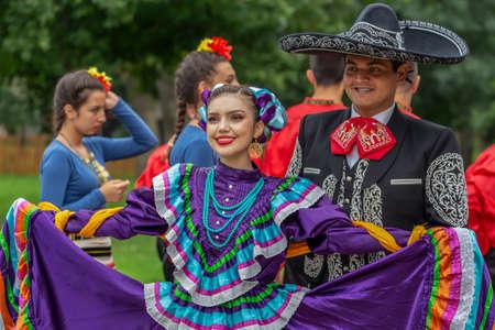 TIMISOARA, Rumania - 08 de julio de 2018: Bailarines mexicanos en traje típico presentes en el festival folclórico internacional Editorial
