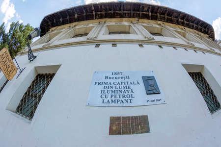 Bucarest, Rumania-julio 16,2018: El histórico Manuc Inn, construido a finales del siglo XVIII y tiene una placa conmemorativa, Bucarest en 1857 fue la primera capital del mundo iluminada con aceite para lámparas.
