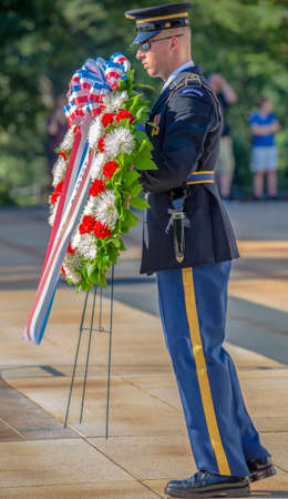 ARLINGTON, WASHINGTON, USA - SEPTEMBER 6, 2018 : Changing of the guard at the Tomb of the Unknown Soldier at Arlington National Cemetery. 新聞圖片