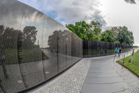 WASHINGTON DC, USA - AUGUST 31, 2018: The Vietnam Veterans Memorial that  honors U.S. service members of the U.S. armed forces who fought in the Vietnam and South East Asia war and died in service. 新聞圖片