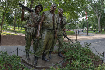 WASHINGTON DC, USA - AUGUST 31, 2018: Statue of the three soldiers at the Vietnam Veterans Memorial in Washington D.C. that are looking on the roll of honour. 報道画像