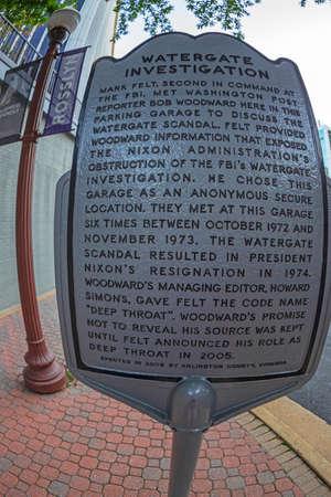 Rosslyn, Washington DC, USA - 6 septembre 2018 : une plaque à l'extérieur du garage VA où l'informateur au nom de code « Deep Throat » a rencontré le journaliste Bob Woodward au cours de l'enquête sur le Watergate.