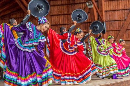 TIMISOARA, Rumania - 08 de julio de 2018: Grupo de bailarines de México en traje tradicional presente en el festival folclórico internacional