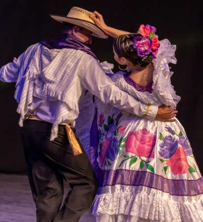 Rumania, Timisoara - Julio 7, 2016: bailarines de Colombia en traje típico, presente en el festival folclórico internacional,