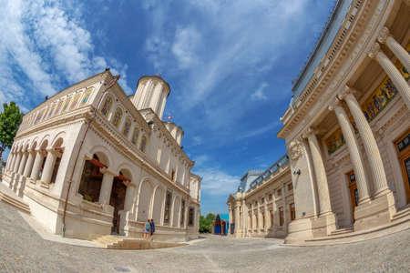 BUKAREST, RUMÄNIEN - 17. JULI 2018: Die rumänisch-orthodoxe patriarchalische Kathedrale befindet sich auf patriarchalischem Hügel. Es wurde zwischen 1655 und 1659 auf Befehl des walachischen Prinzen Serban Basarab erbaut. Editorial
