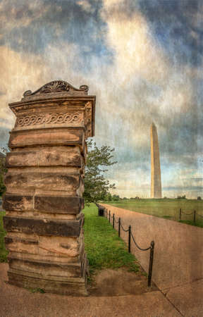 Old photo in Washington DC, USA at the Washington Memorial Monument, an obelisk on the National Mall built to commemorate George Washington. Vintage processing. Imagens