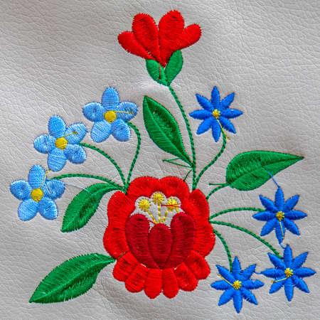 Arrière-plan avec des détails de broderie folklorique traditionnelle hongroise faite à la main sur un support en cuir. Banque d'images