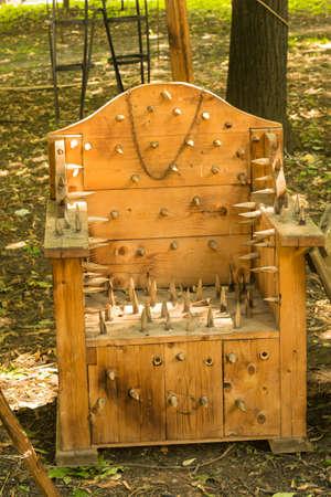 Replica medievale della sedia della lancia di legno della tortura visualizzata in Ploiesti, Romania al festival medievale.
