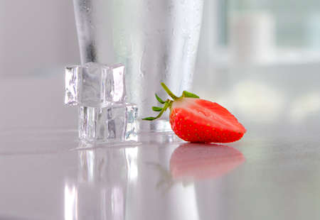 strawberry ice cubes and cold water glass Banque d'images - 131725278