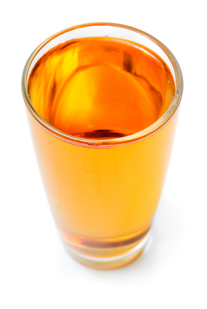 vaso de jugo: El jugo de manzana aislada en el fondo blanco