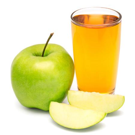 vaso de jugo: Zumo de manzana y manzana rodajas aisladas sobre fondo blanco