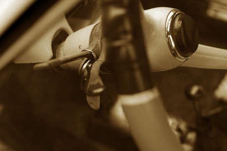 impiccata: Chiavi impiccato nella vecchia auto timer con volante sfocata
