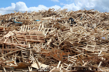 reciclar: Enorme pila de palets rotos utilizados en el campo de la f�brica