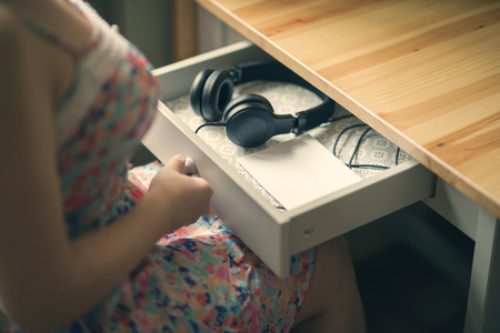yourself: The girl with headphones and message. The inscription on the paper be yourself. The concept of friendship and relationships. Stock Photo